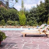 Eine Terrasse mit Pool